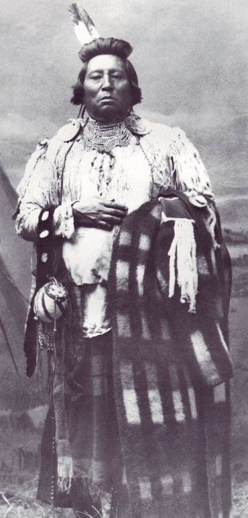 An old photograph of Wolf Necklace - Paloos Chief [B].