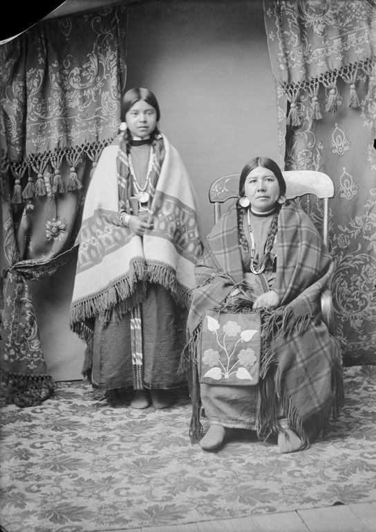 American Indians : Nez Perce Women - 1900.