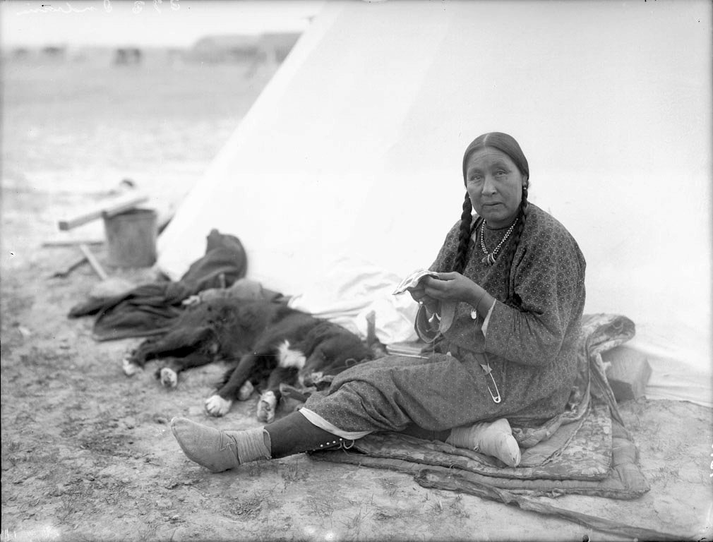 American Indians : Blackfoot Woman 1900 [b1].