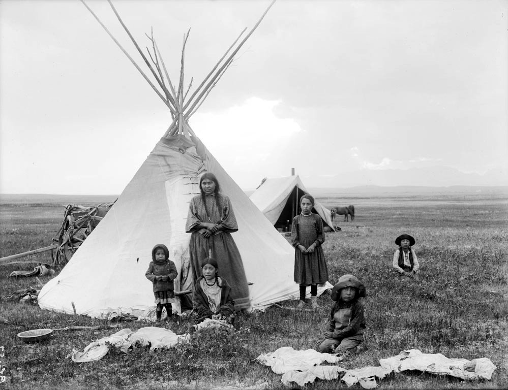 American Indians : Blackfoot Woman and Children 1909.