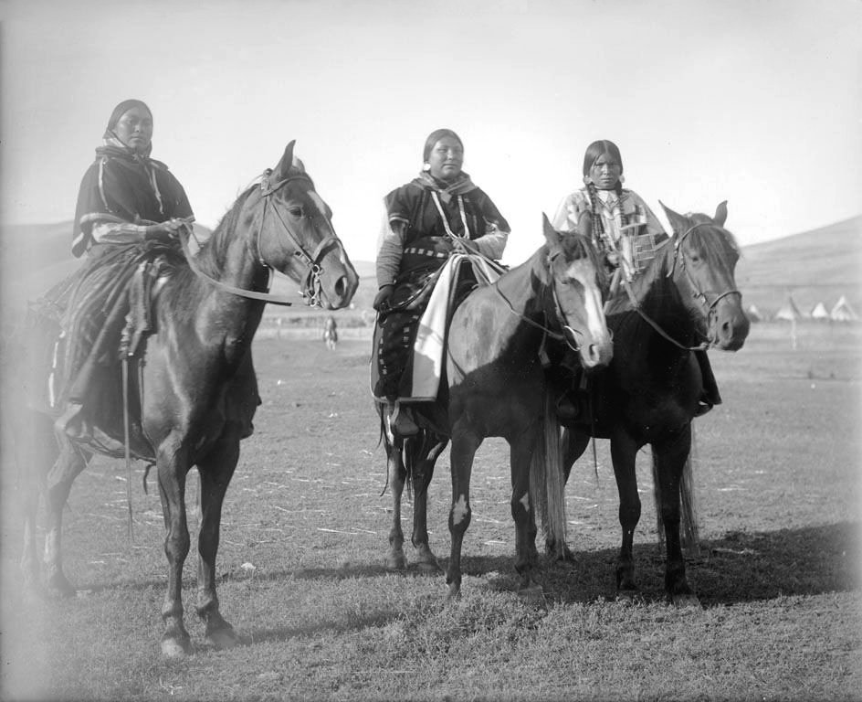 American Indians : Nez Perce Women 1900.